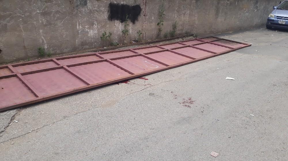 Küçük Çocuk 7.5 Metrelik Demir Kapının Altında Kalıp Öldü