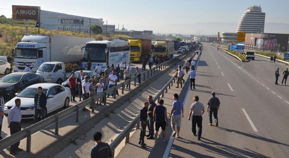 Tır Mobese Direklerini Devirdi, Bursa Ankara Karayolu Kapandı
