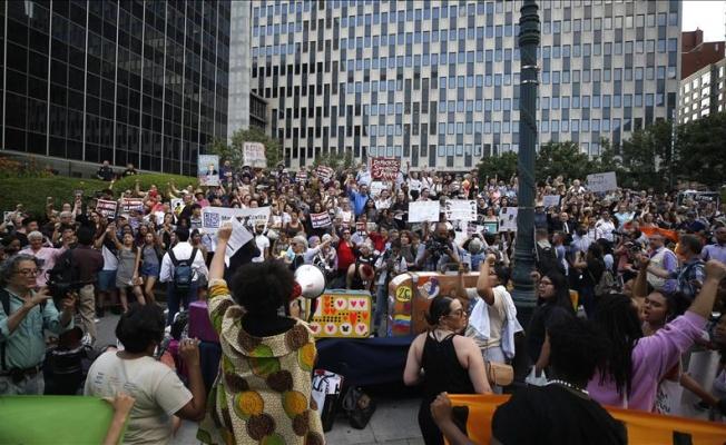 NEW YORK'TA 'VALİZLİ' GÖÇMEN PROTESTOSU