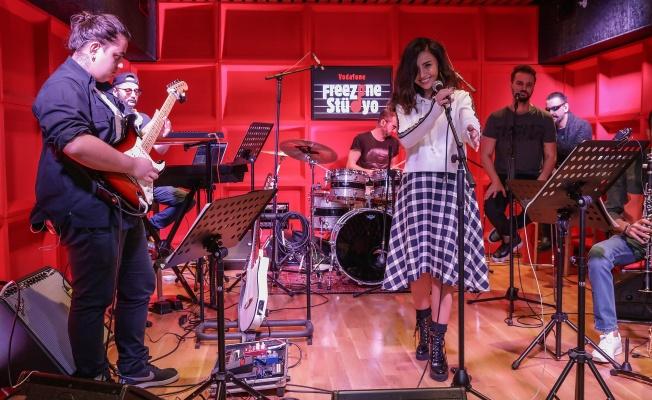 Ünlü Popçu Betül Demir, Vodofone Freezon Stüdyo'da Konser Provası Yapan İlk İsim Oldu