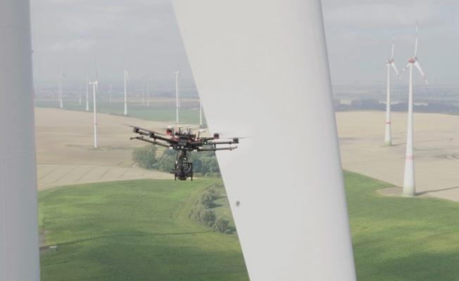 RÜZGAR TÜRBİNLERİNİN BAKIMLARI DRONE İLE YAPILIYOR
