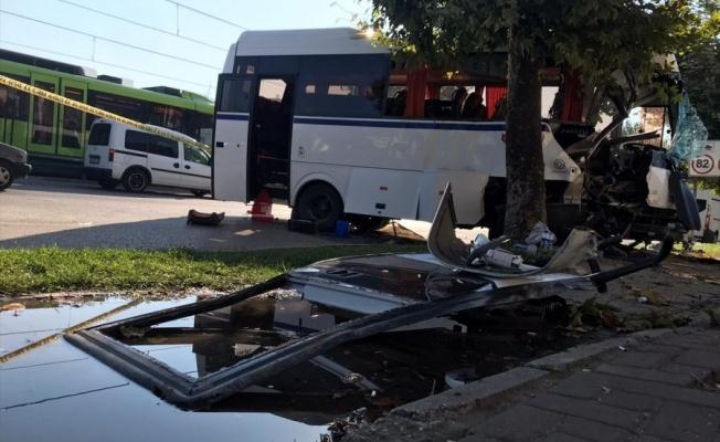 Bursa'da servis aracı kaza yaptı: 2 ölü, 17 yaralı