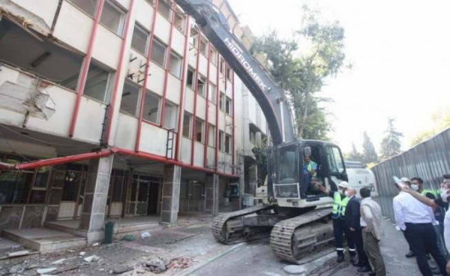 Timurtaşpaşa'daki Kızılay binasının yıkım işlemi başladı