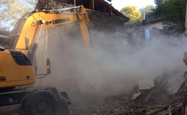 Bursa'da tehlike arz eden bina yıkıldı