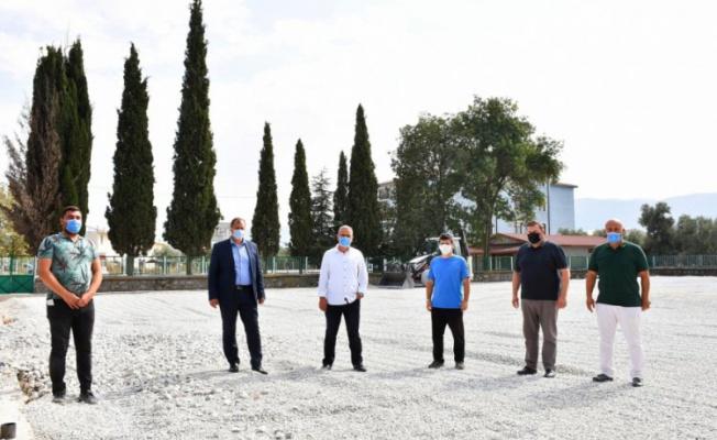 İznik Belediye Başkanı Usta, yapımına başlanan halı sahada incelemede bulundu