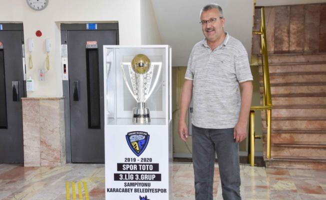 Karacabey Belediyespor'un şampiyonluk kupası taraftara açıldı
