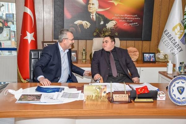 Başkan Özkan koltuğu, Karacabey'in sevilen simalarından Şaban'a bıraktı