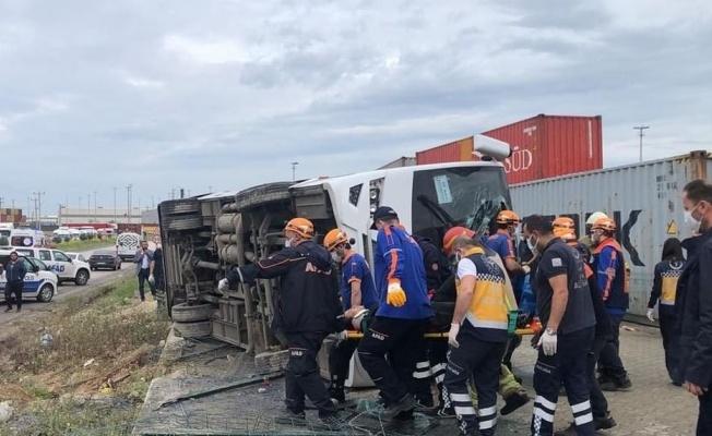 Bursa'da işçileri taşıyan servis aracı devrildi: 1 ölü, 20 yaralı