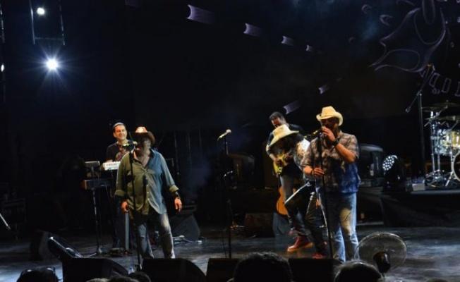 """""""Uluslararası Bursa Festivali""""'nde 1990'lı yılların Türkçe pop şarkıları seslendirildi"""