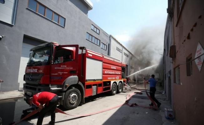 Bursa'da tekstil atölyesinde çıkan yangına müdahale ediliyor