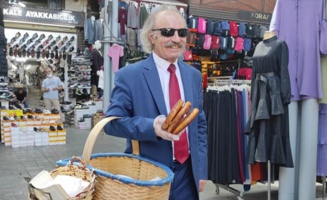 """Bursa'nın """"kravatlı simitçisi"""" takım elbisesinden yaz sıcağında da vazgeçmiyor"""