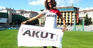 Zeynep Yıldız Masterlar Şampiyonası'nda Türkiye Rekoru Kırdı!