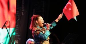 Azerin'den Bursa havalimanında arabalı konser