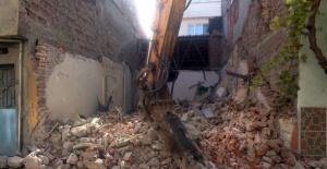Osmangazi'de madde bağımlılarının mesken tuttuğu bina yıkıldı