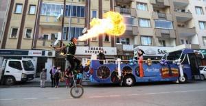 İnegöl'de Kültür Sanat Otobüsü sokaklarda