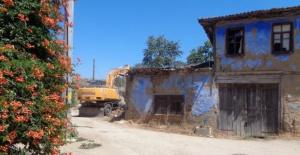 Osmangazi'de tehlike arz eden eski bina yıkıldı