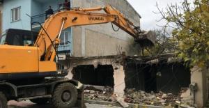 Osmangazi'de eski bina yıkıldı