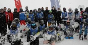 Çocuklar Uludağ'da kayak ve snowboard heyecanı yaşadı