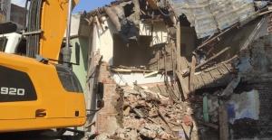 İki Katlı Metruk Bina Yıkıldı