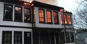 Yanan Bina Gece Saatlerinde Yıkıldı