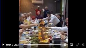 Bursa'nın sorunlarını masaya yatırması beklenen yöneticilerin, kebap masasındaki eşsiz ziyafeti sosyal medyada eleştirilere neden oldu.